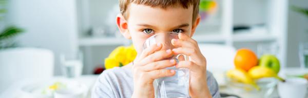 Enfant buvant de l'eau potable