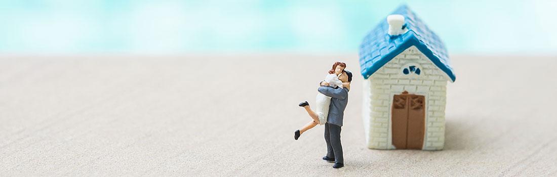 Miniature d'un couple devant une maison