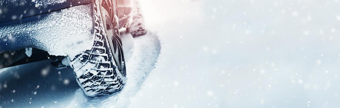 roue de voiture sur route enneigée