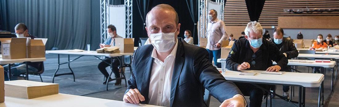 Mise sous pli des masques par le président