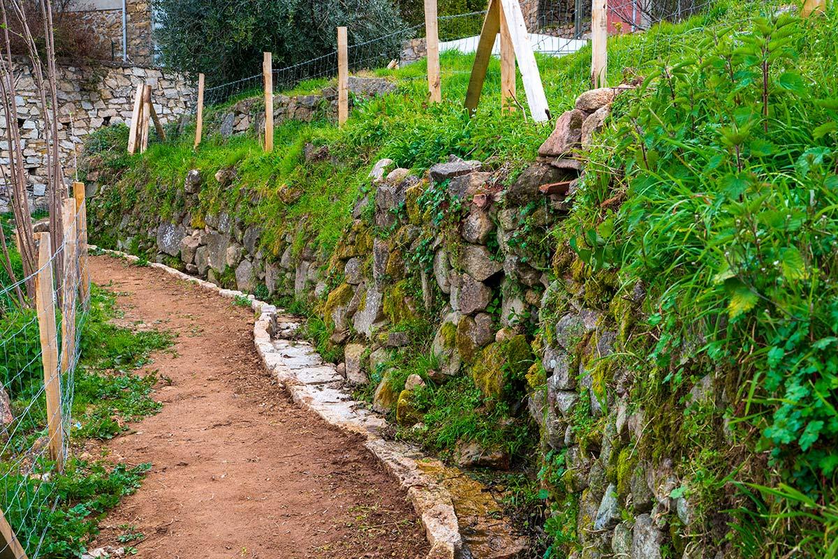 Le sentier longe des murs qui ont été refaits selon la technique traditionnelle de pierre sèche