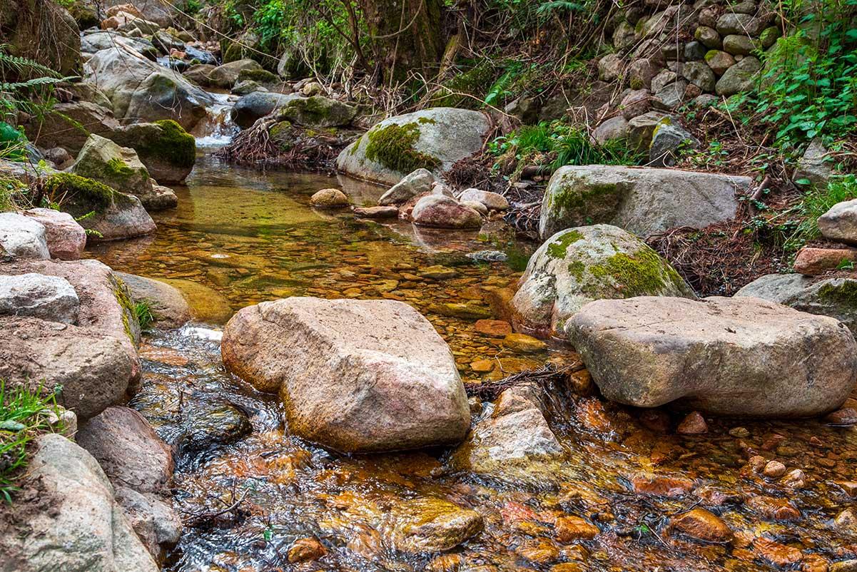 Préfiguration du passage à gué qui a été réalisé en grosses pierres, ruisseau Chierchiajola