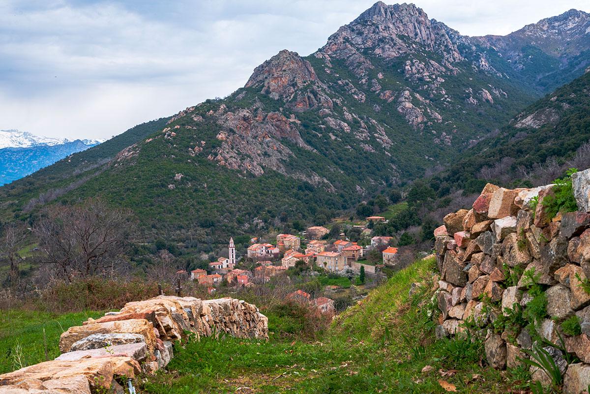 Préfiguration du sentier ,le long des murs, aux abords du village